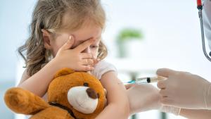 Mit einem Kuscheltier Kindern im Krankenhaus Mut machen