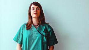 Gesundheits- und Kinderkrankenpflegerin auf der Kinderintensivstation